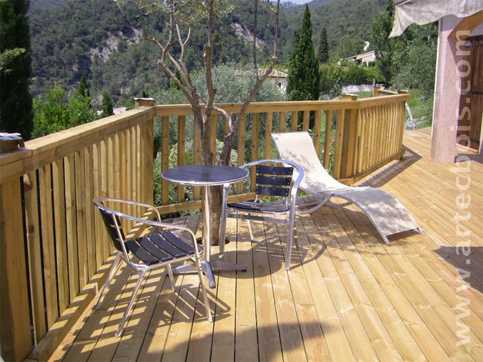 terrasse en hauteur avec lames de terrasses en bois resineux traite